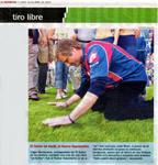 Viggo Mortensen embraces the ground of the San Lorenzo soccer field. Descriptive caption in Spanish.